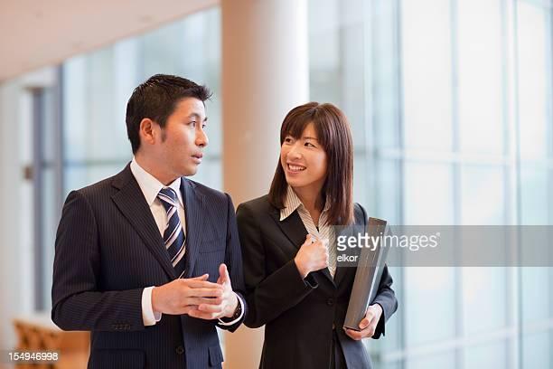 笑顔のビジネスウーマンの会話に彼女のパートナー