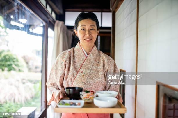 東京旅館で笑顔の日本のサーバー - 旅館 ストックフォトと画像