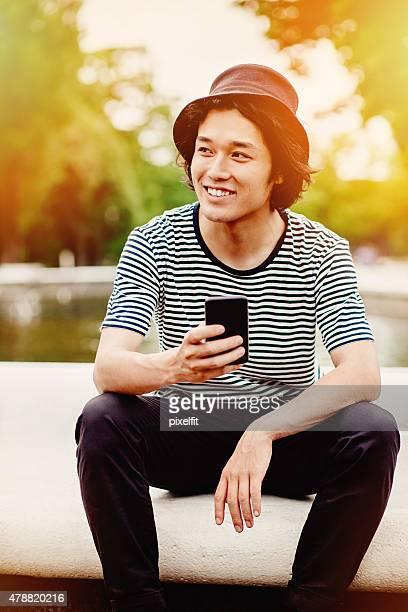 笑顔のティーン、スマートフォン