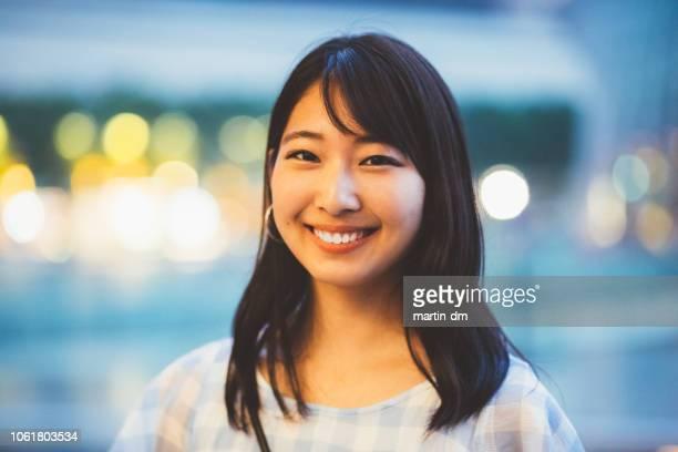 mulher japonesa sorridente, olhando para a câmera - etnia oriental - fotografias e filmes do acervo