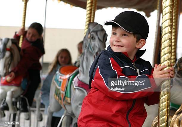 Lächelnd Kind auf einem Kreisverkehr.
