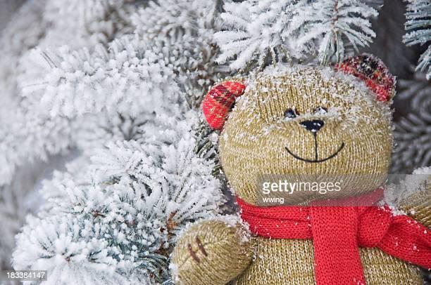 Souriant tricoté ours en peluche Jouet Niché dans les branches enneigées