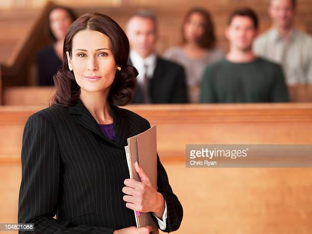 Sorrir advogado segurando o ficheiro na Sala de Tribunal