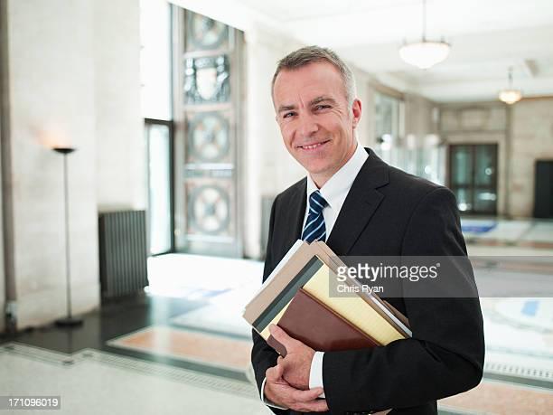 Lächeln Anwalt in der lobby
