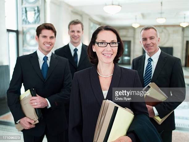 Lächeln Anwälte, die Dateien in der lobby