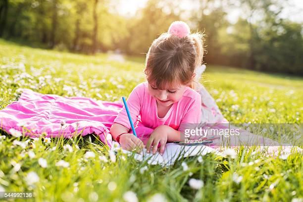 Sonriente niña pequeña basada en el parque.