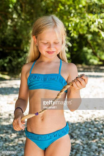 smiling little girl watching her cut braid - 8 9 anos - fotografias e filmes do acervo