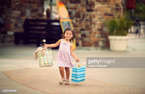 smiling little shopper girl age 2 - sandaal stockfoto's en -beelden