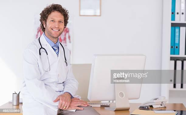 笑顔雄医師、医療オフィスでコンピューター