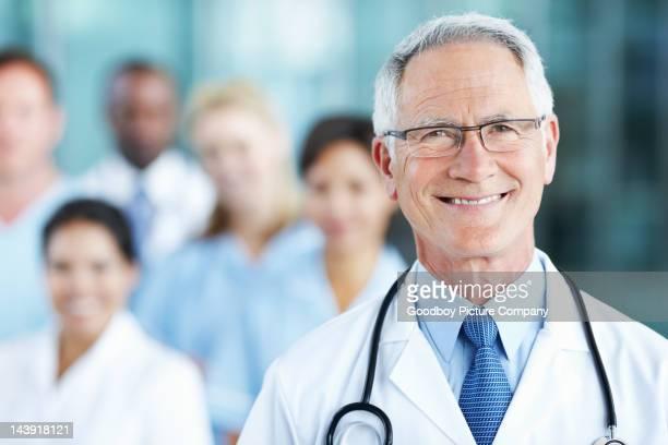 Sorridente, do sexo masculino médico com a equipa confiante
