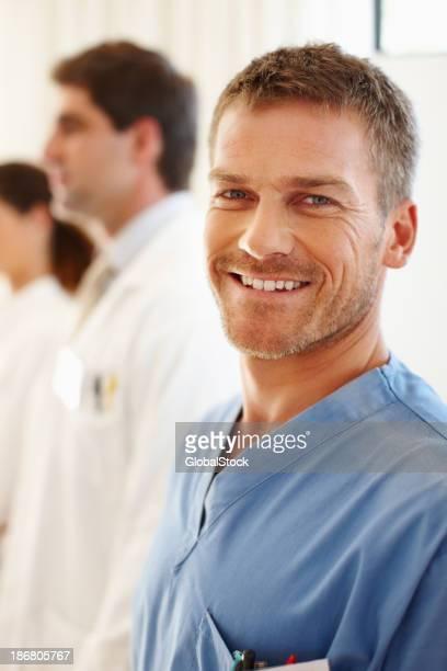 Sonriente enfermera macho