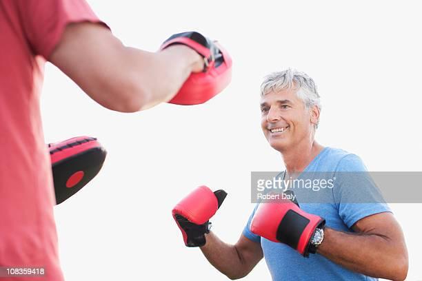 homem sorridente com poupa de boxe parceiro - parte do meio - fotografias e filmes do acervo
