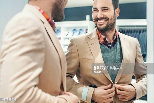 笑顔の男性が衣服を買うデパートます。