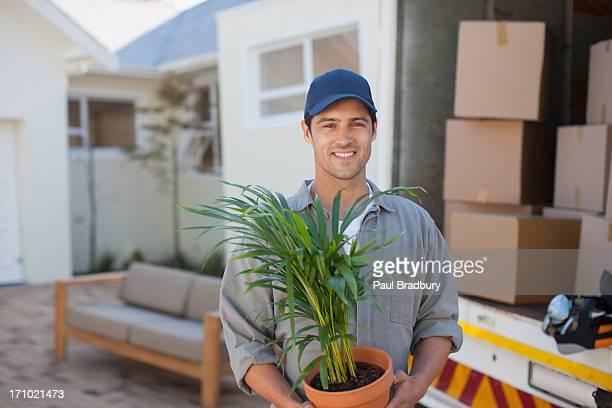 Lächelnd Mann mit Flowerpot moving van