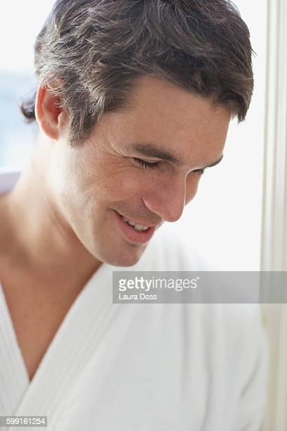 smiling man in a bathrobe - laura belli foto e immagini stock