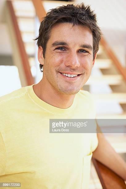 smiling man in a yellow t-shirt - laura belli foto e immagini stock