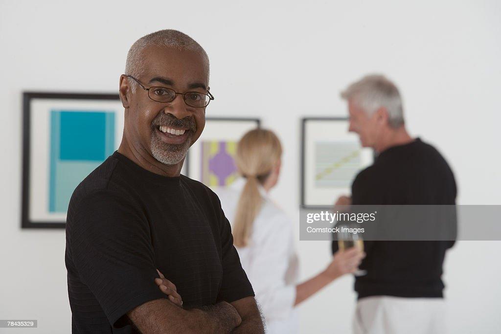 Smiling man in art gallery : Stockfoto