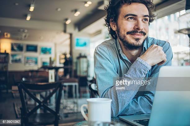 Sonriente hombre en cafe