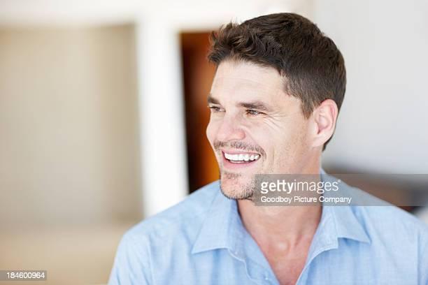 Hombre sonriente Mirando a otro lado