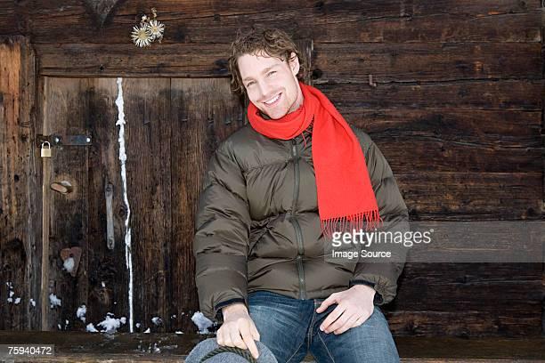 Lächelnd Mann in der Nähe einer Blockhütte