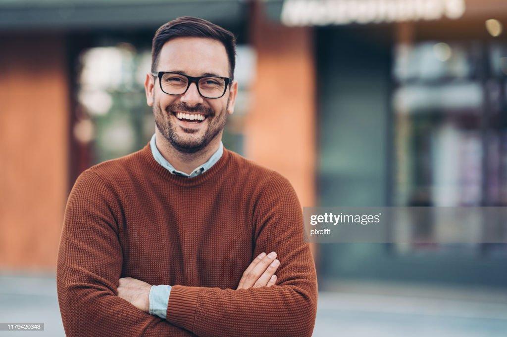 Lachende man buitenshuis in de stad : Stockfoto