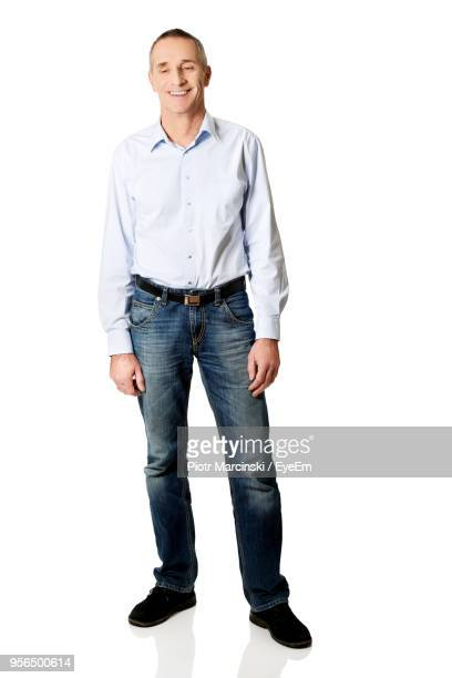 smiling man standing against white background - weißes hemd stock-fotos und bilder
