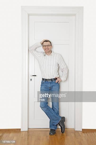 Lächelnder Mann stehen in einem Flur