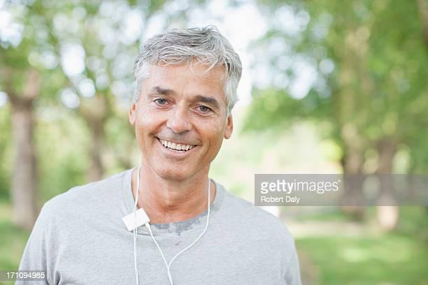 Lächelnder Mann stehend im Freien