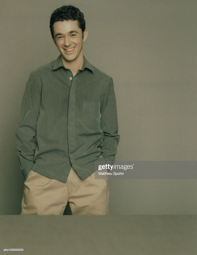 Smiling man standing with hands in pocket, portrait : Stockfoto
