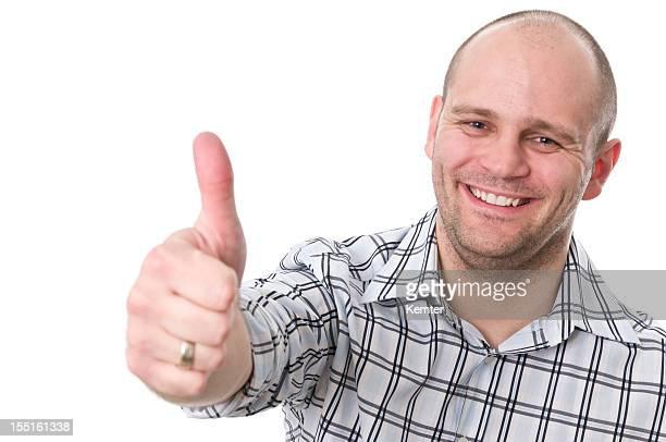 Homme souriant avec un pouce levé
