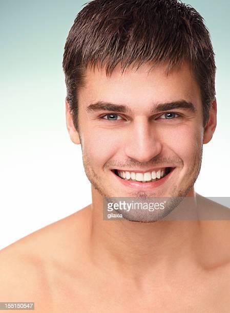uomo sorridente, studio portrat - gilaxia foto e immagini stock
