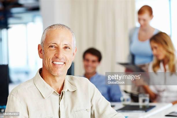 Lächelnd Reifer Geschäftsmann