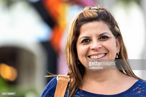 souriant mature femme hispanique - femme 50 ans brune photos et images de collection