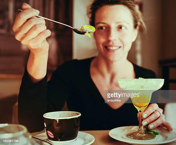 微笑む熟年女性マンゴーのデザートで、お食事レストラン