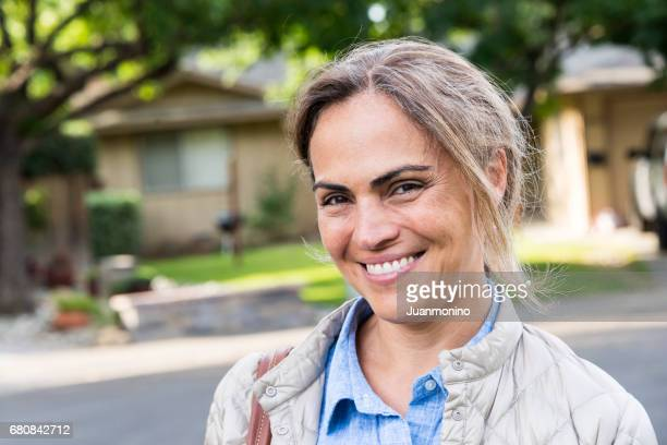 sorrindo mulher madura  - estereótipo de classe média - fotografias e filmes do acervo