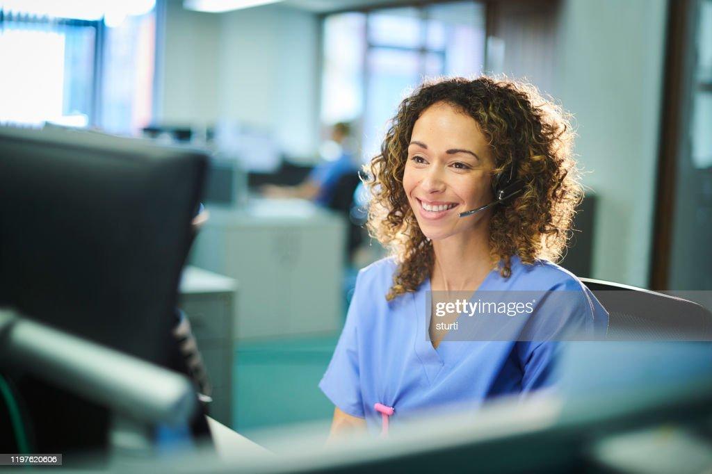 lachende medische klantenservice rep : Stockfoto
