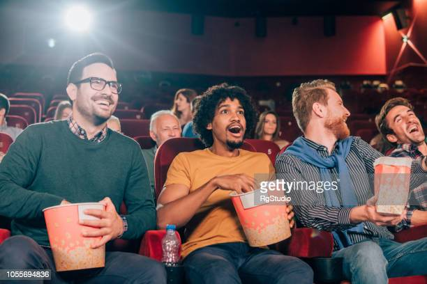 Hombres sonrientes en el cine
