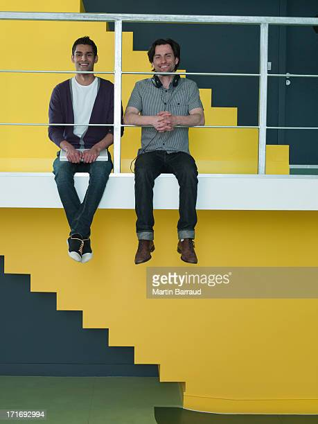 Lächelnde Männer sitzt auf Sims