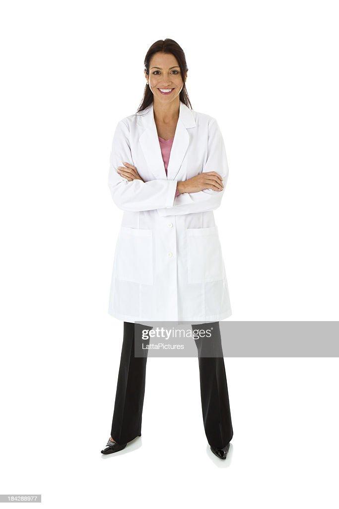Lächelnd Mitte Erwachsene weibliche mit Laborkittel Arme verschränkt : Stock-Foto