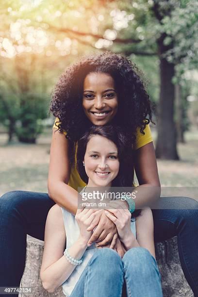 Lächelnd gemischten Rennen Mädchen in der Natur