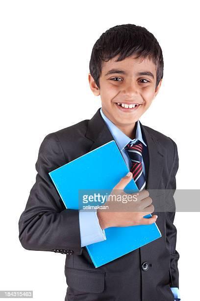 Sonriendo de raza mixta little boy retención libro sobre fondo blanco