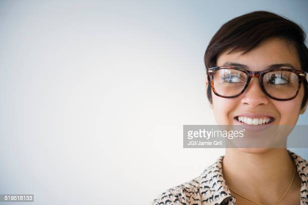 smiling mixed race woman wearing eyeglasses - curiosidade - fotografias e filmes do acervo