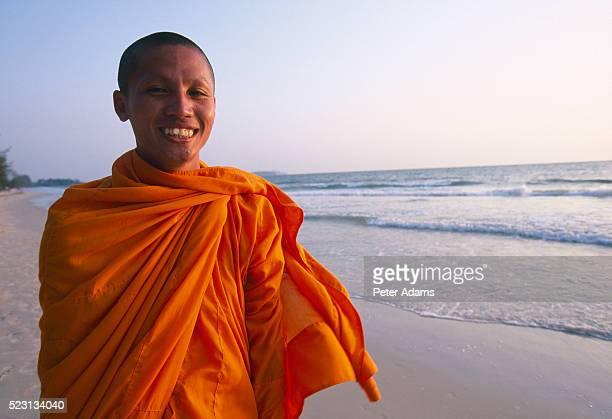 smiling monk on beach - vestimenta religiosa - fotografias e filmes do acervo