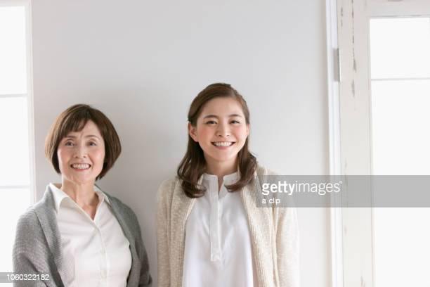 笑顔の母娘 - two parents ストックフォトと画像