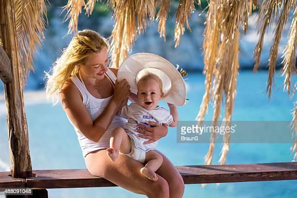Lächelnd Mutter und ihr baby Sohn im Sommer Urlaub zu genießen.