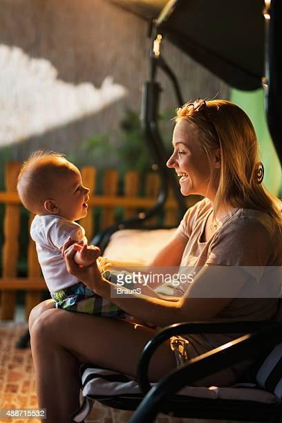 Lächelnd Mutter und ihr baby Sohn Genießen Sie Ihre Zeit zusammen.