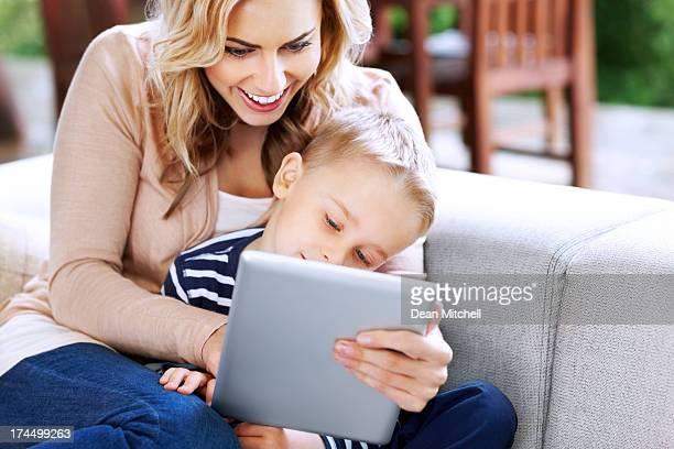 Lächelnd Mutter und Sohn mit tablet PC