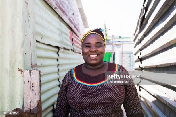 lachende moeder permanent buitenshuis - gemeente stockfoto's en -beelden