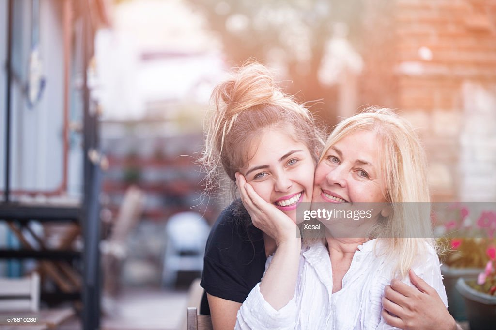 Smiling mother with young daughter : Stockfoto