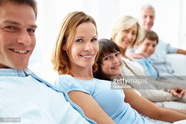 multi-générationnelle souriant famille assis à la maison